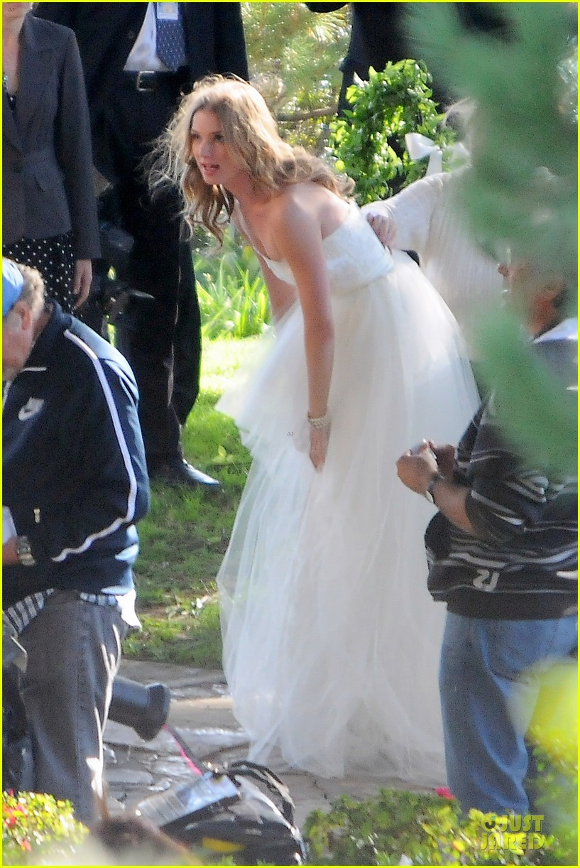 emily vancamp white wedding dress for revenge 04