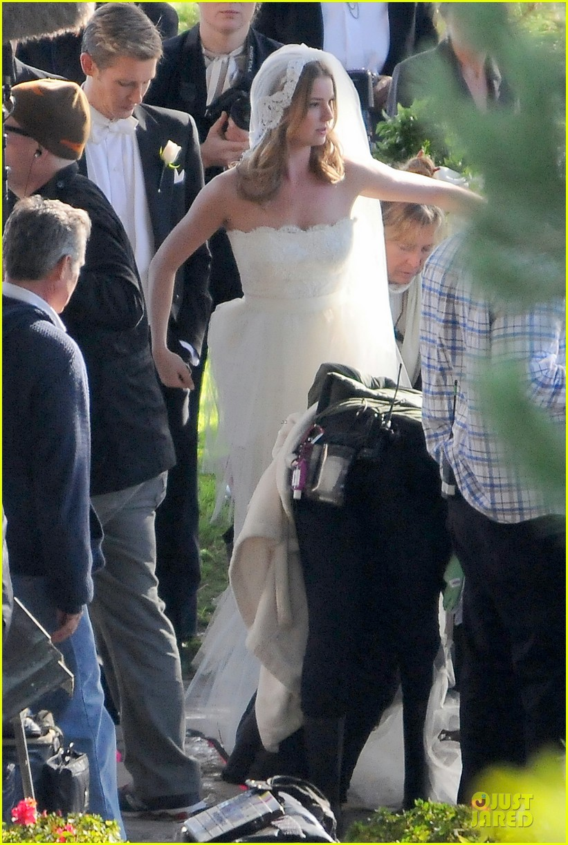 emily vancamp white wedding dress for revenge 05