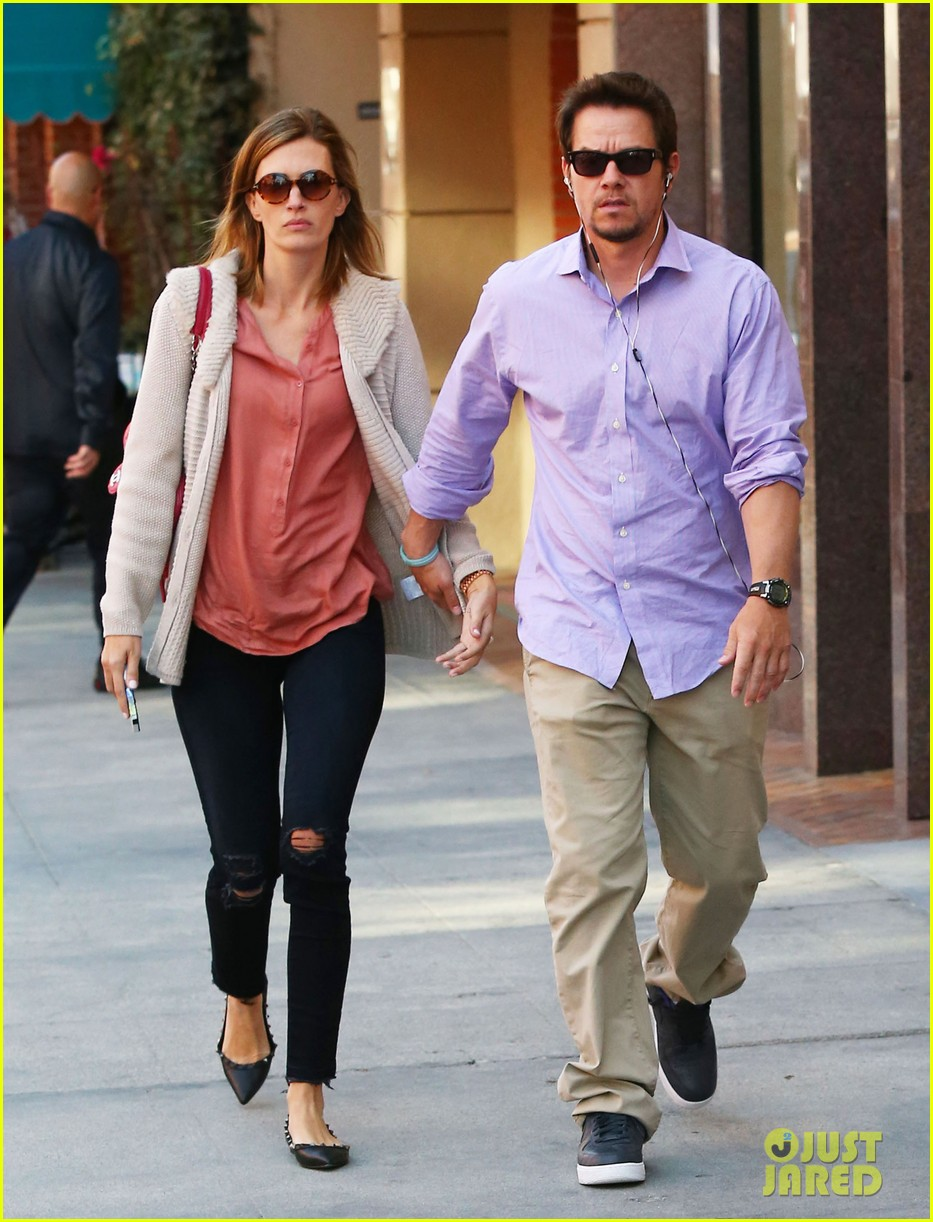 mark wahlberg holds hands with wife rhea durham 052970167