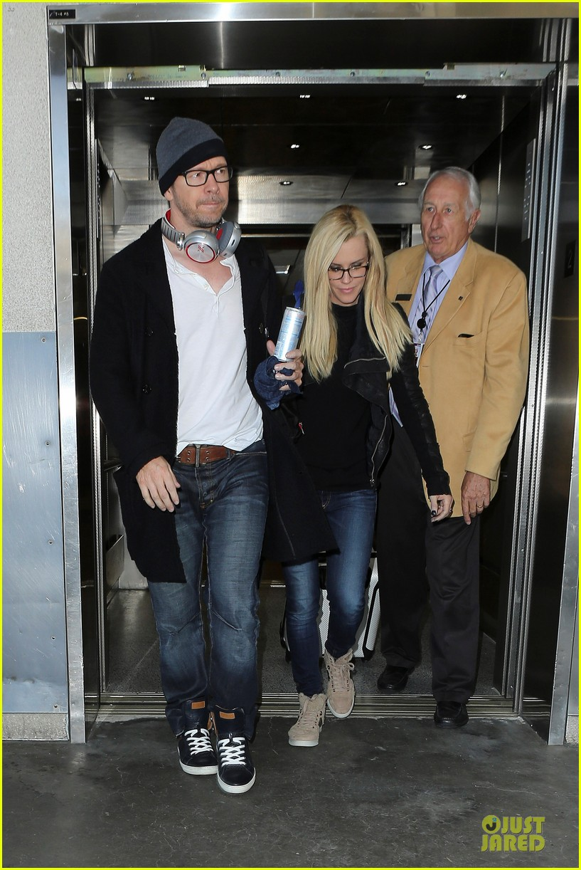 donnie wahlberg jenny mccarthy hold hands at lax airport 15