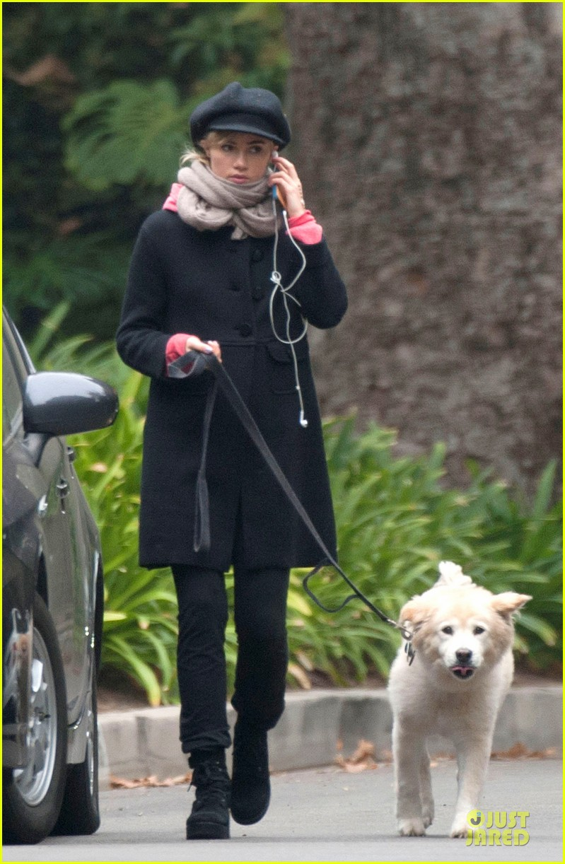 suki waterhouse walks bradley cooper dog charlotte 01