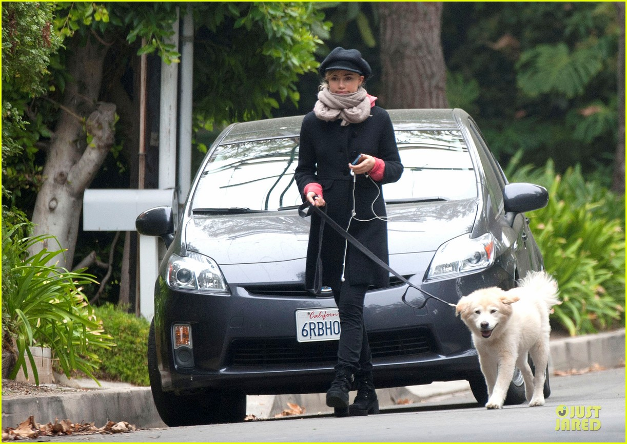 suki waterhouse walks bradley cooper dog charlotte 02