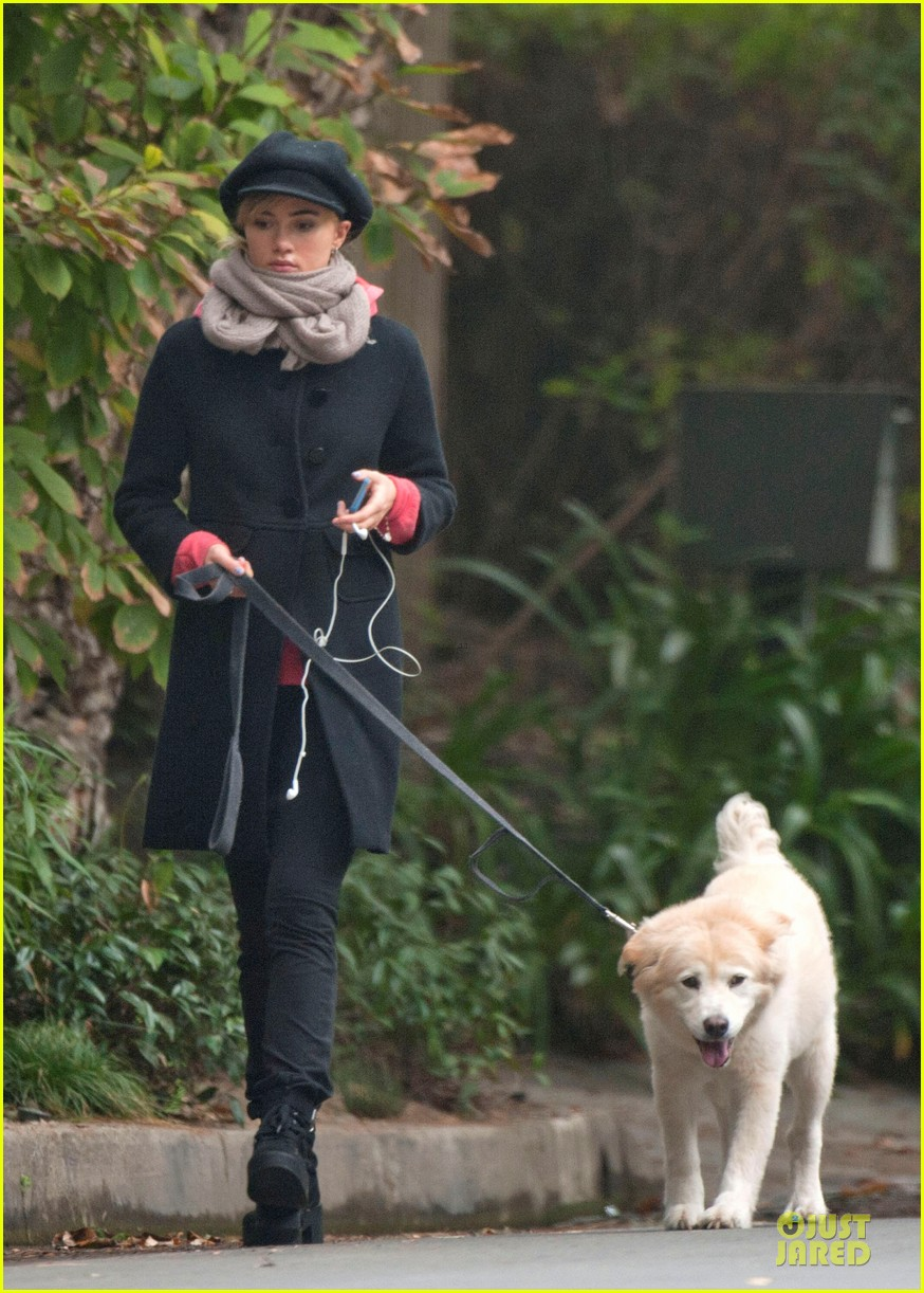 suki waterhouse walks bradley cooper dog charlotte 03