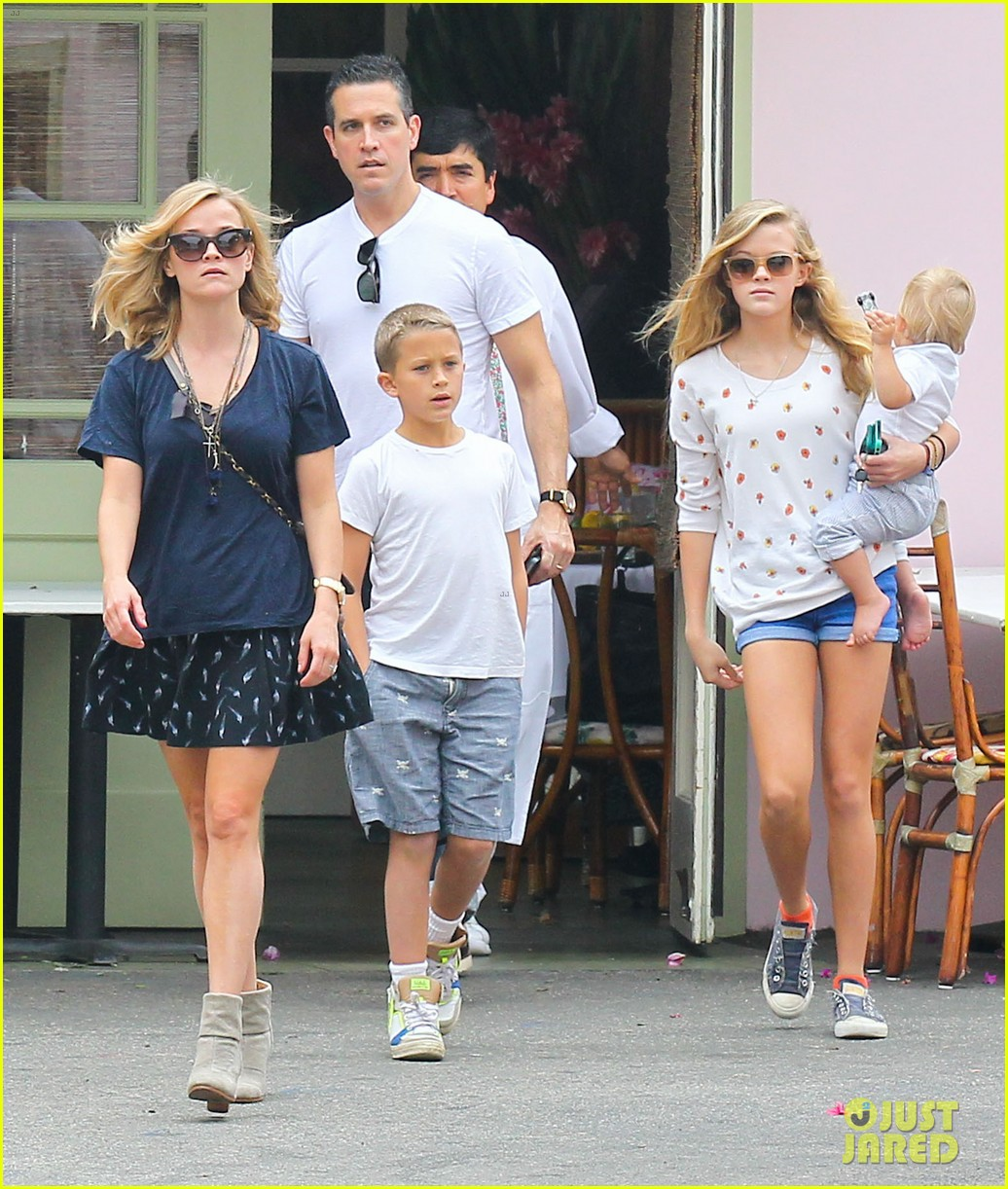 reese witherspoon jim toth saturday lunch with the kids 01