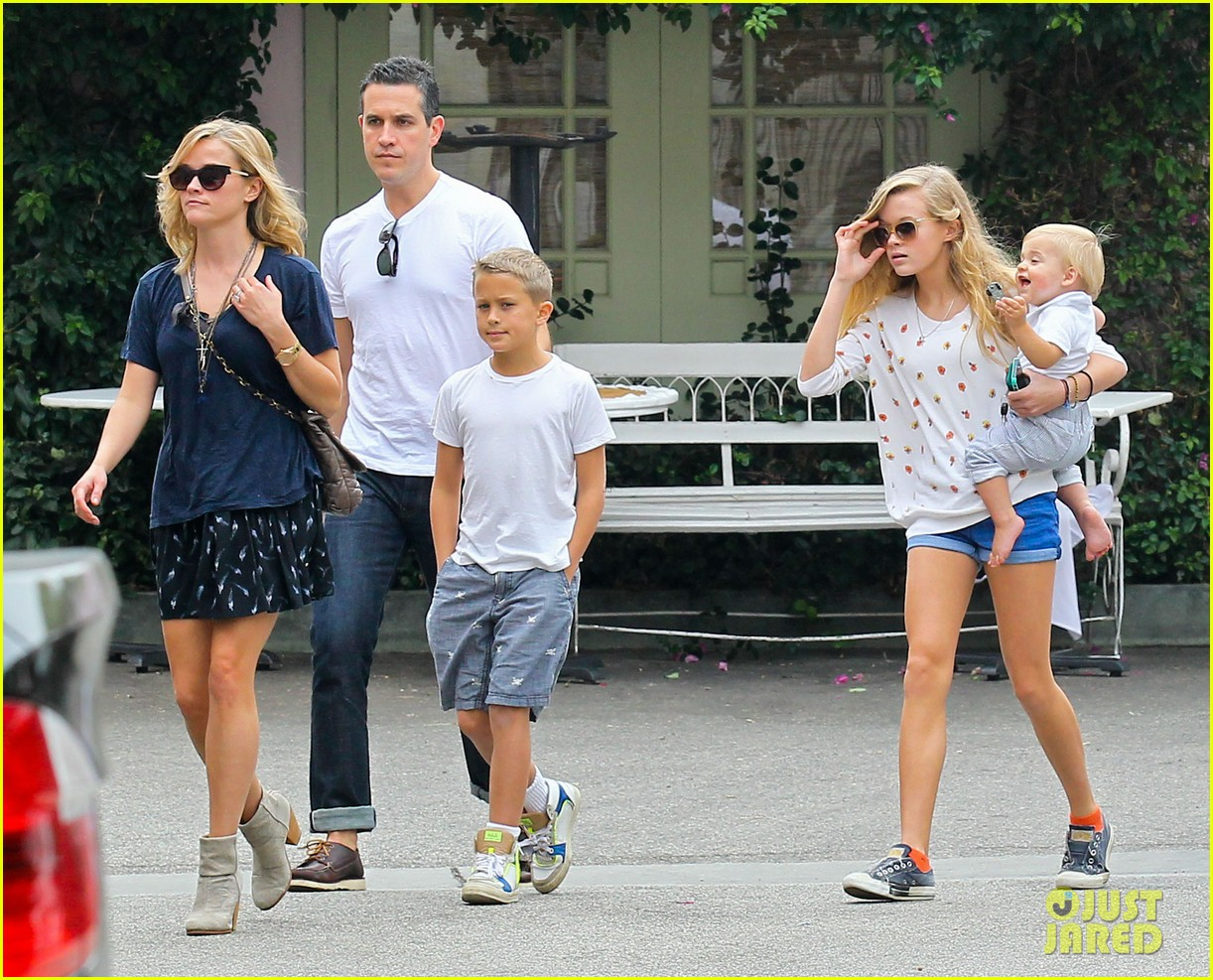 reese witherspoon jim toth saturday lunch with the kids 11