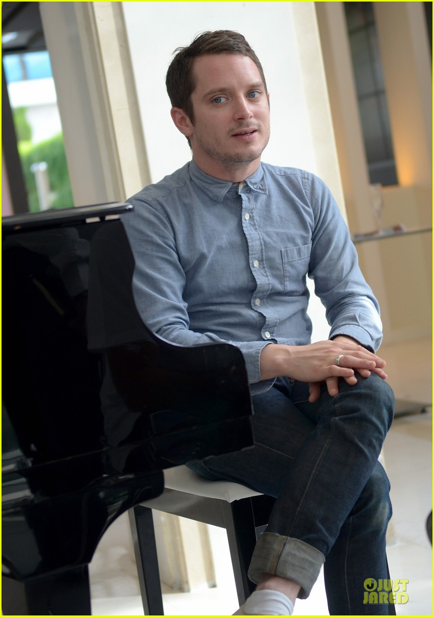 elijah wood grand piano photo call at sitges film fest 042970371