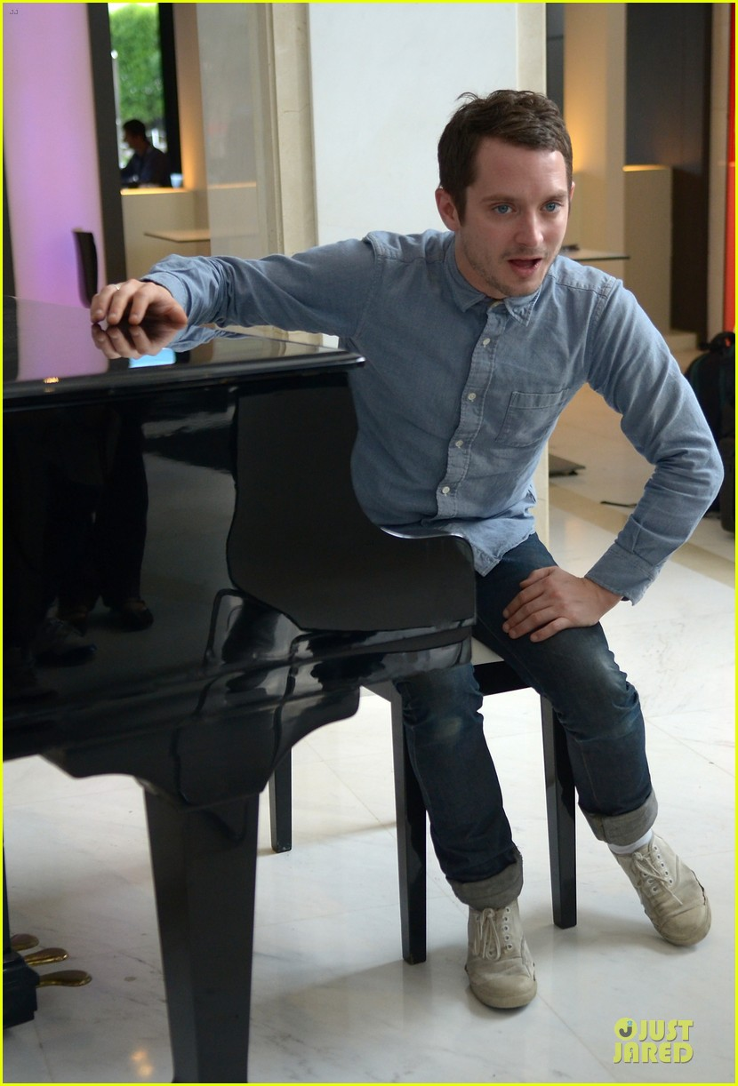elijah wood grand piano photo call at sitges film fest 13