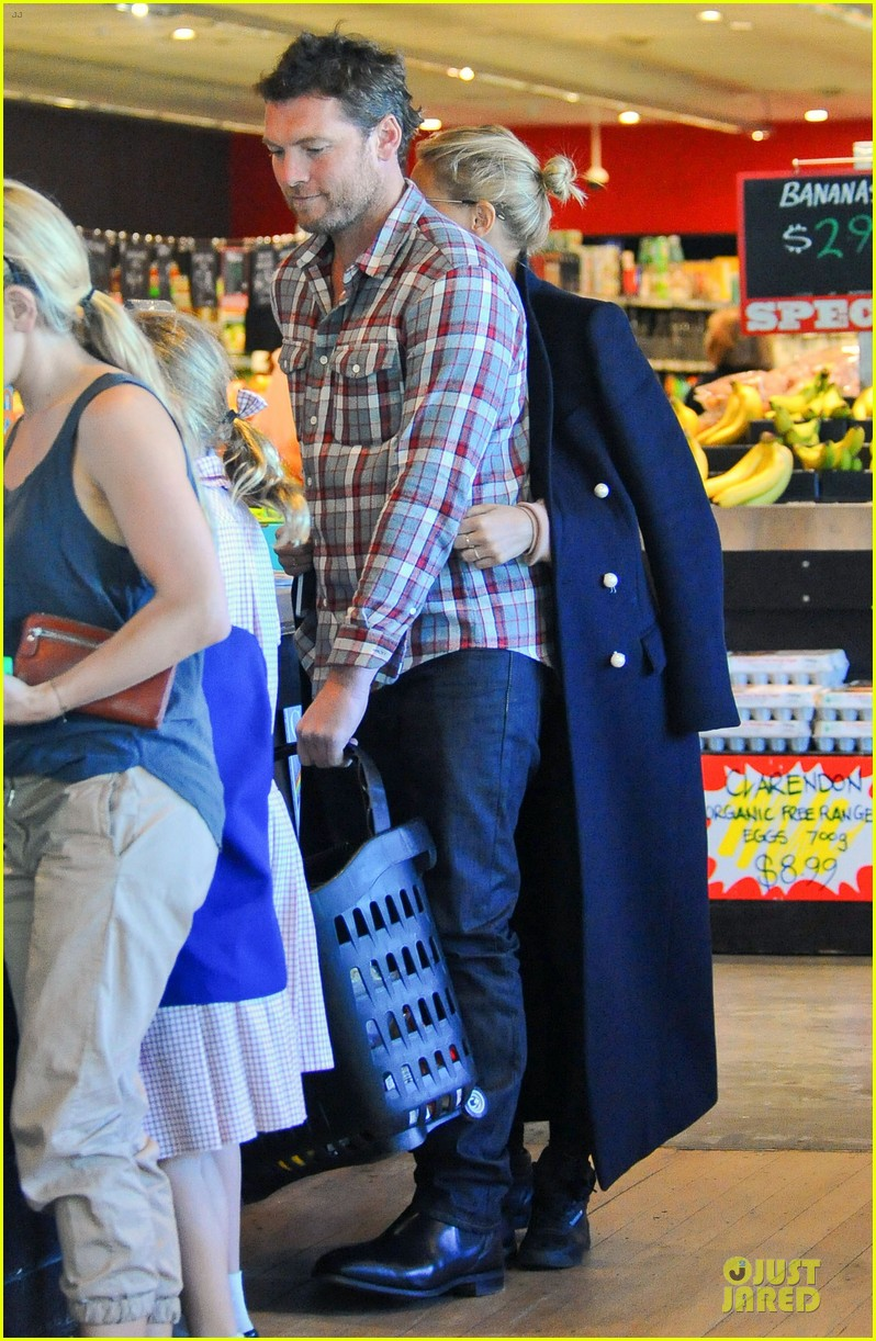 sam worthington lara bingle hold hands at grocery store 03