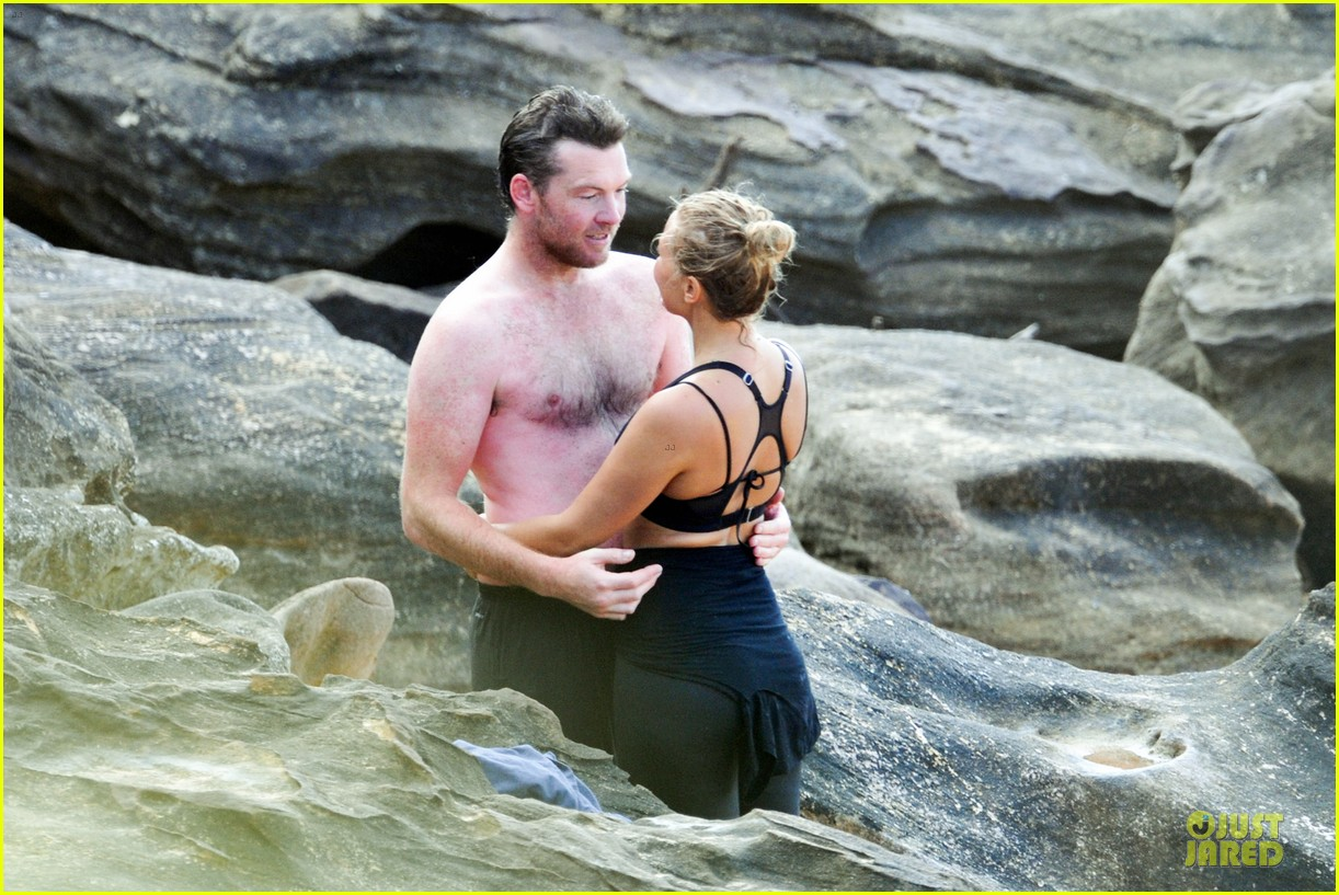 shirtless sam worthington laura bingle beach kissing couple 04