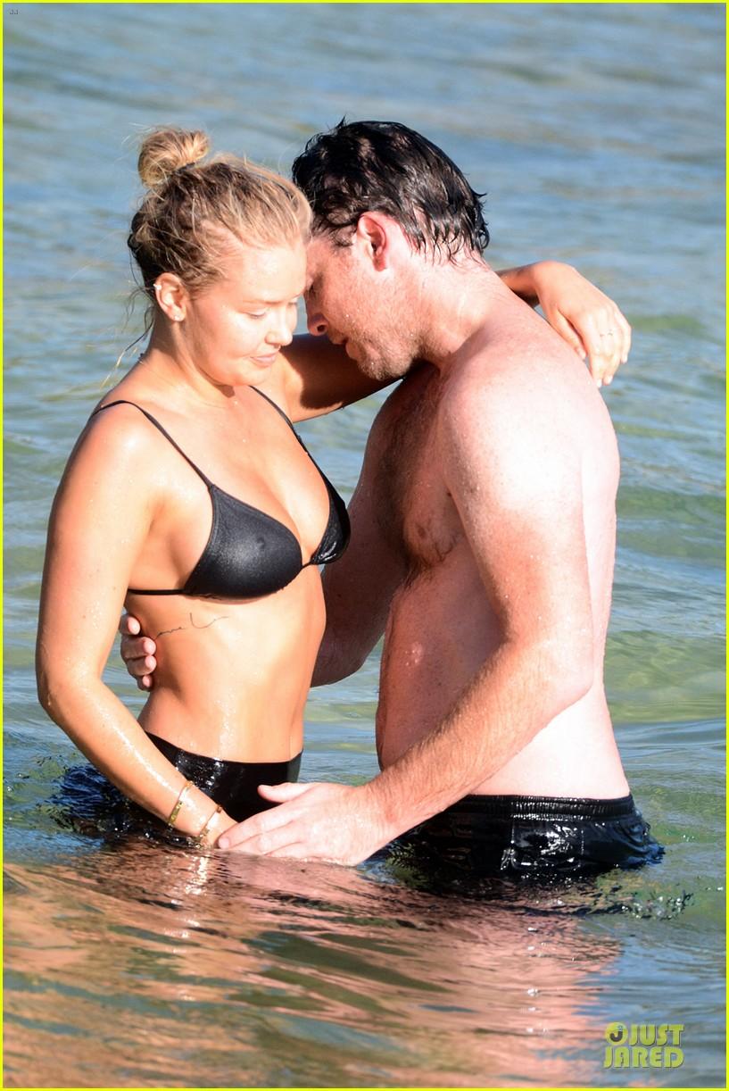 shirtless sam worthington laura bingle beach kissing couple 07