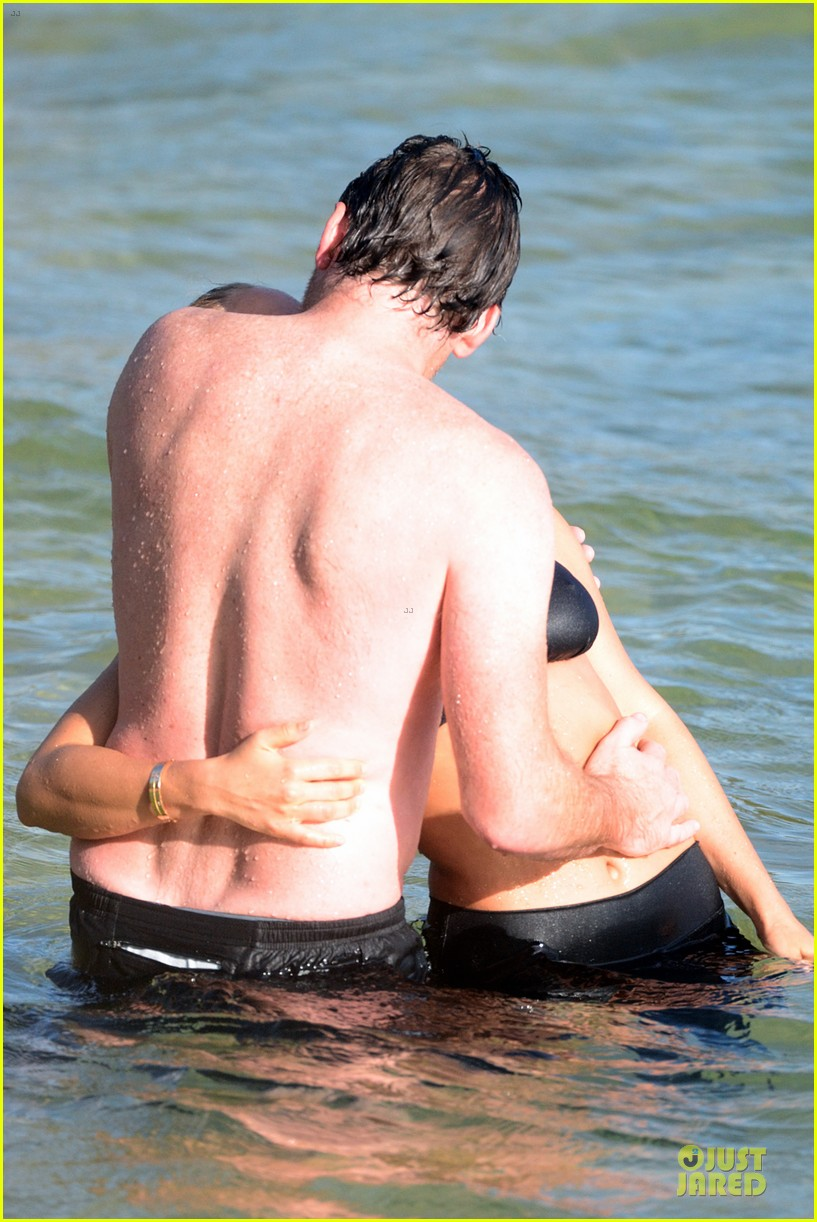 shirtless sam worthington laura bingle beach kissing couple 27