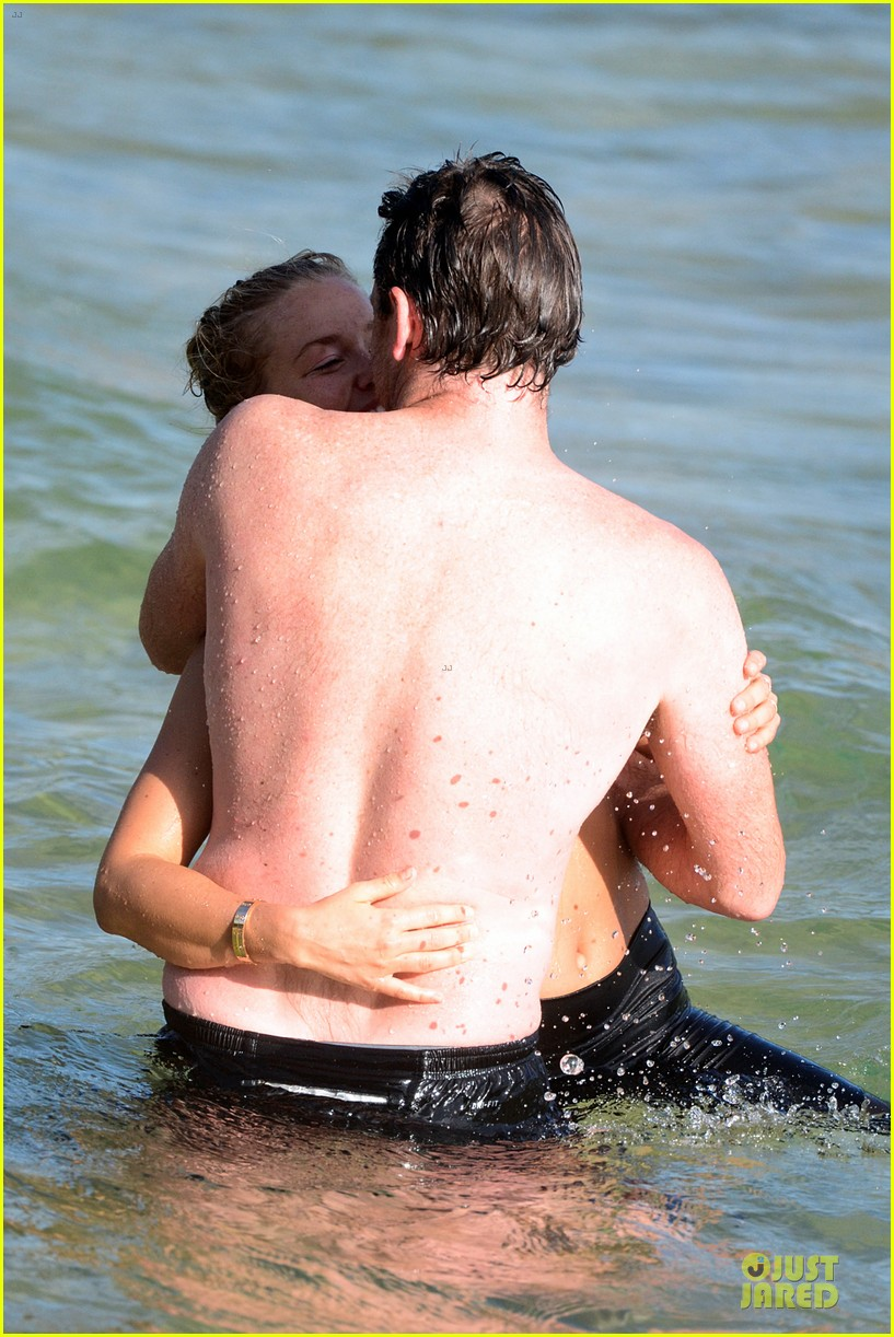 shirtless sam worthington laura bingle beach kissing couple 30
