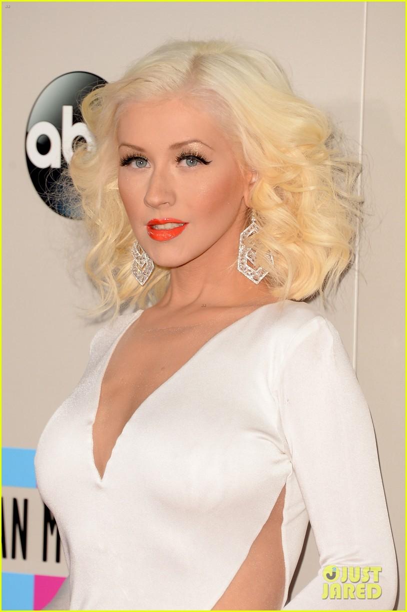Aguilera en los American Music - Página 3 Christina-aguilera-amas-2013-red-carpet-02