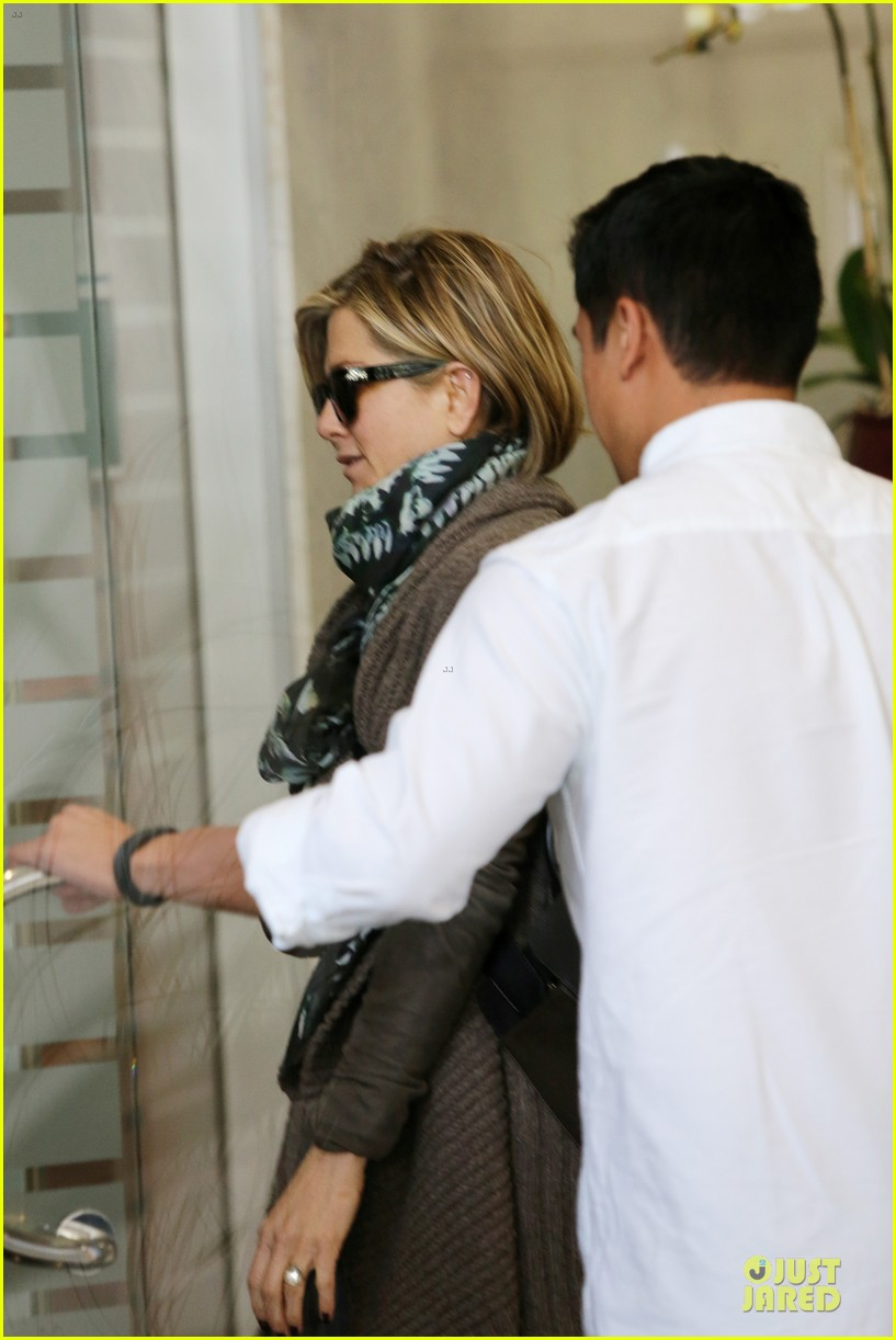 jennifer aniston rocks short hair for skin care clinic 112993616