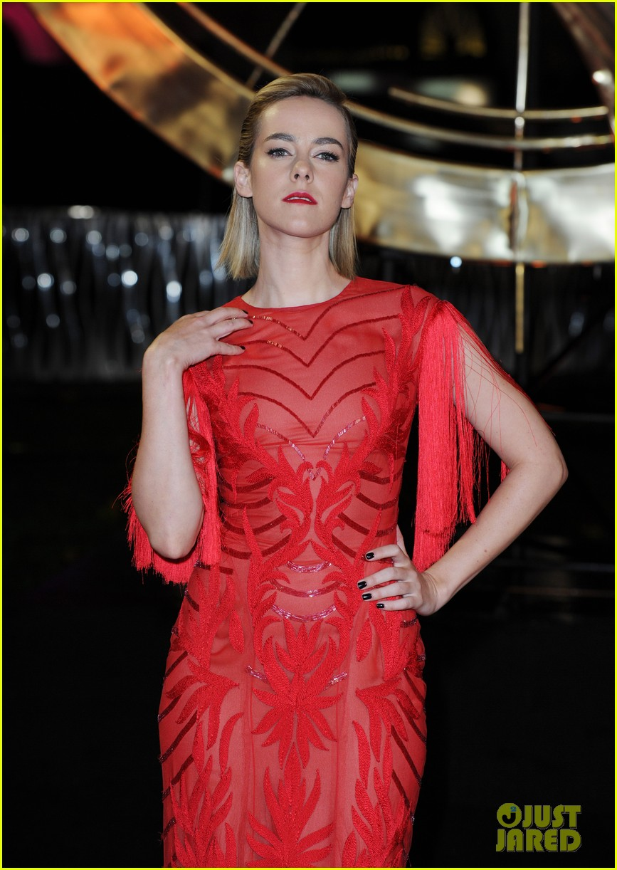 elizabeth banks jena malone catching fire world premiere 04
