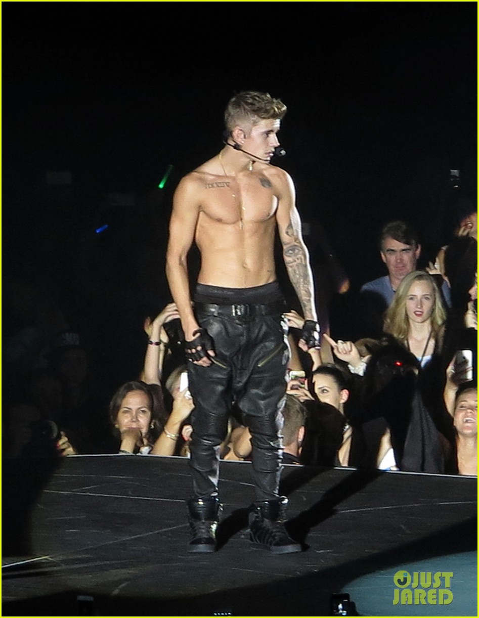 justin bieber strips down shirtless for brisnane concert 143001224