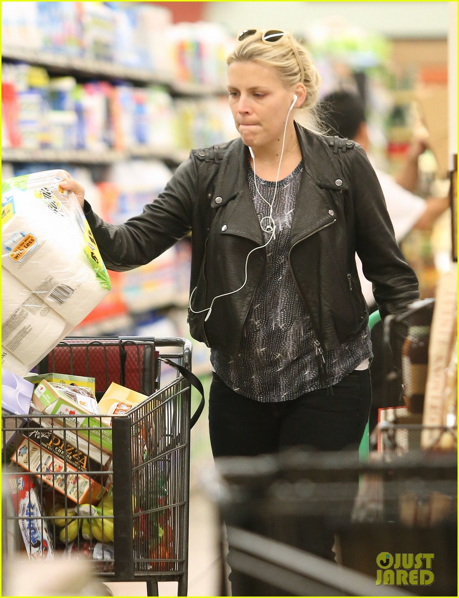 busy philipps stocks up on groceries before thanksgiving 143000709