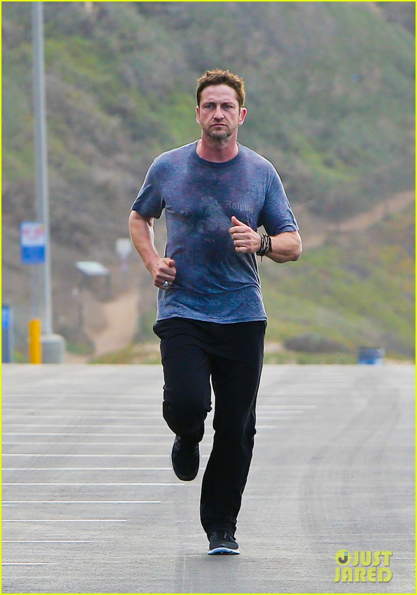 gerard butler works up a sweat for morning run 06