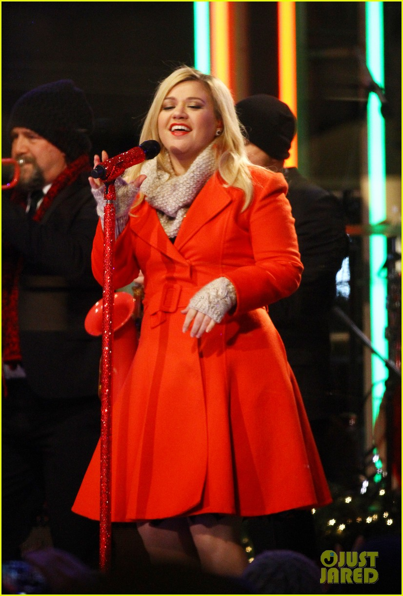 pregnant kelly clarkson is wrapped in red for christmas taping 11