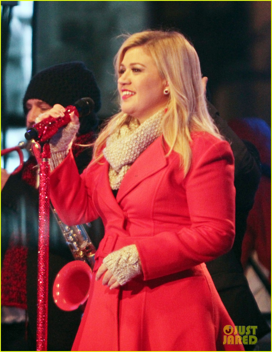 pregnant kelly clarkson is wrapped in red for christmas taping 17