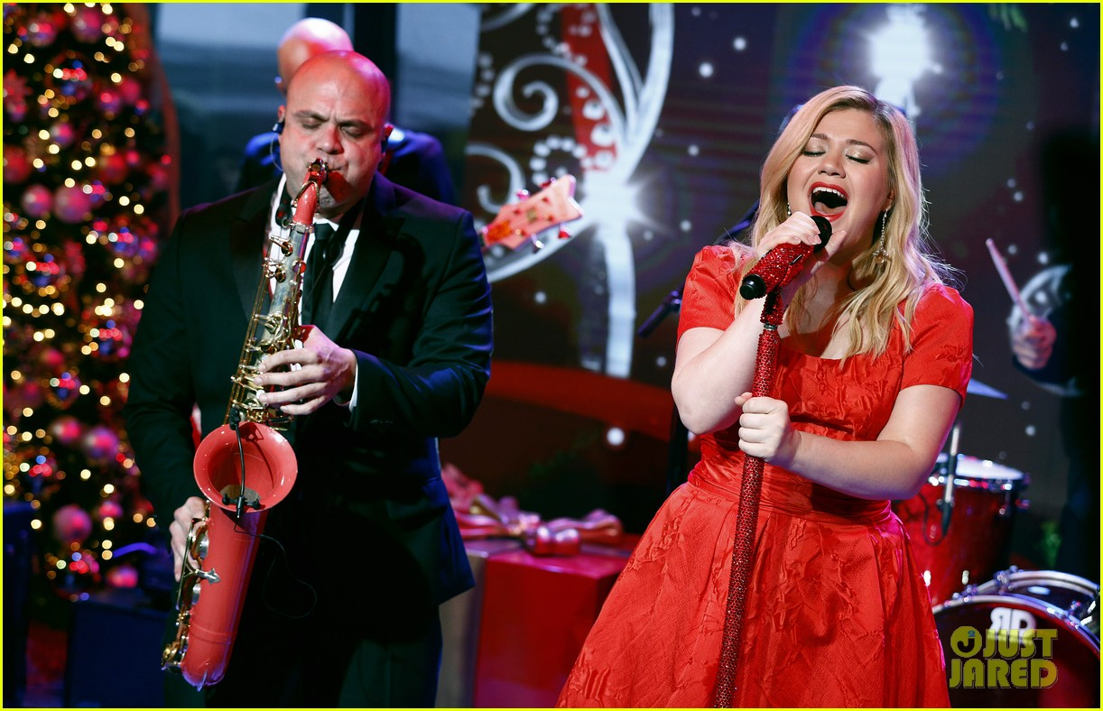 pregnant kelly clarkson performs christmas song on today show 013000826