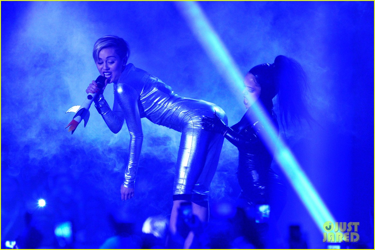 miley cyrus mtv ema performance video 2013 05