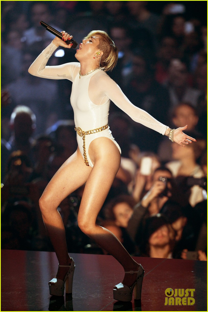 miley cyrus wrecking ball at mtv ema 2013 video 04