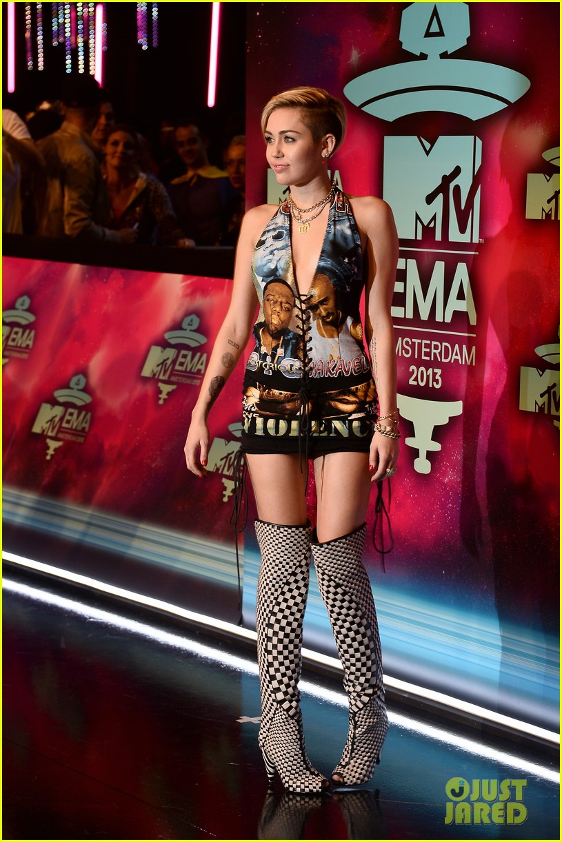 miley cyrus please stop violence dress at mtv ema 2013 14