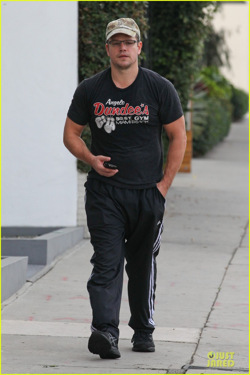 matt damon flashes buff arms after gym workout 03
