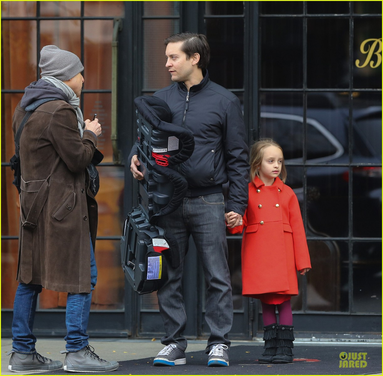 leonardo dicaprio cares for tobey maguire daughter ruby 05