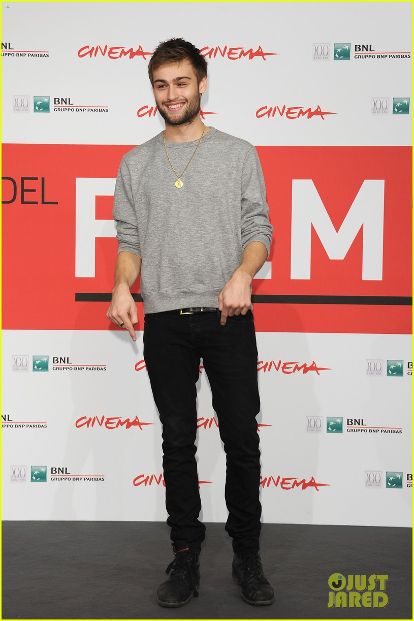 douglas booth damian lewis romeo juliet rome photo call 02