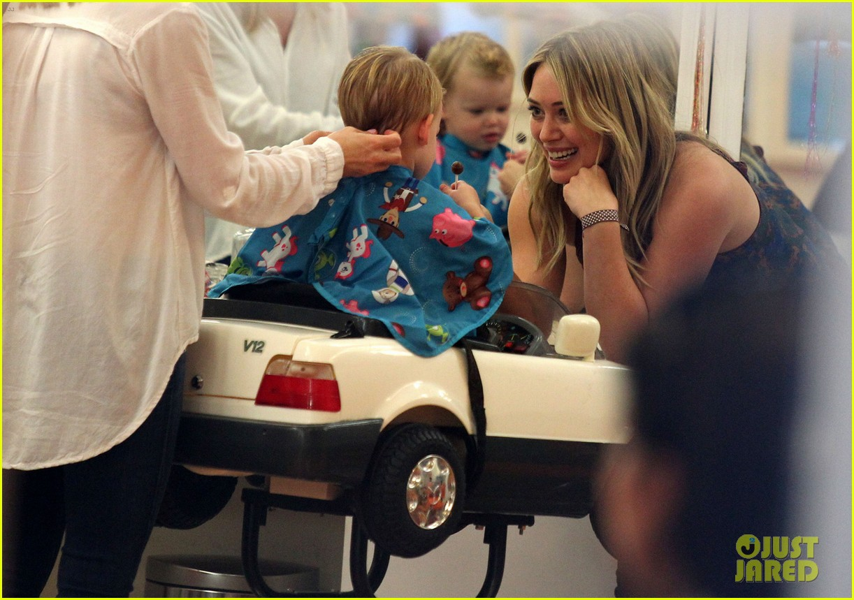 hilary duff mike comrie take luca to get his hair cut 083001614