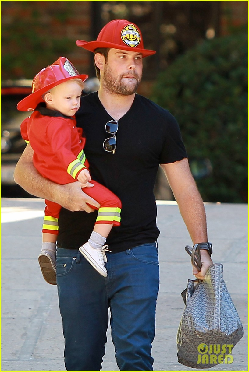 hilary duff mike comrie spent halloween with luca 102984226