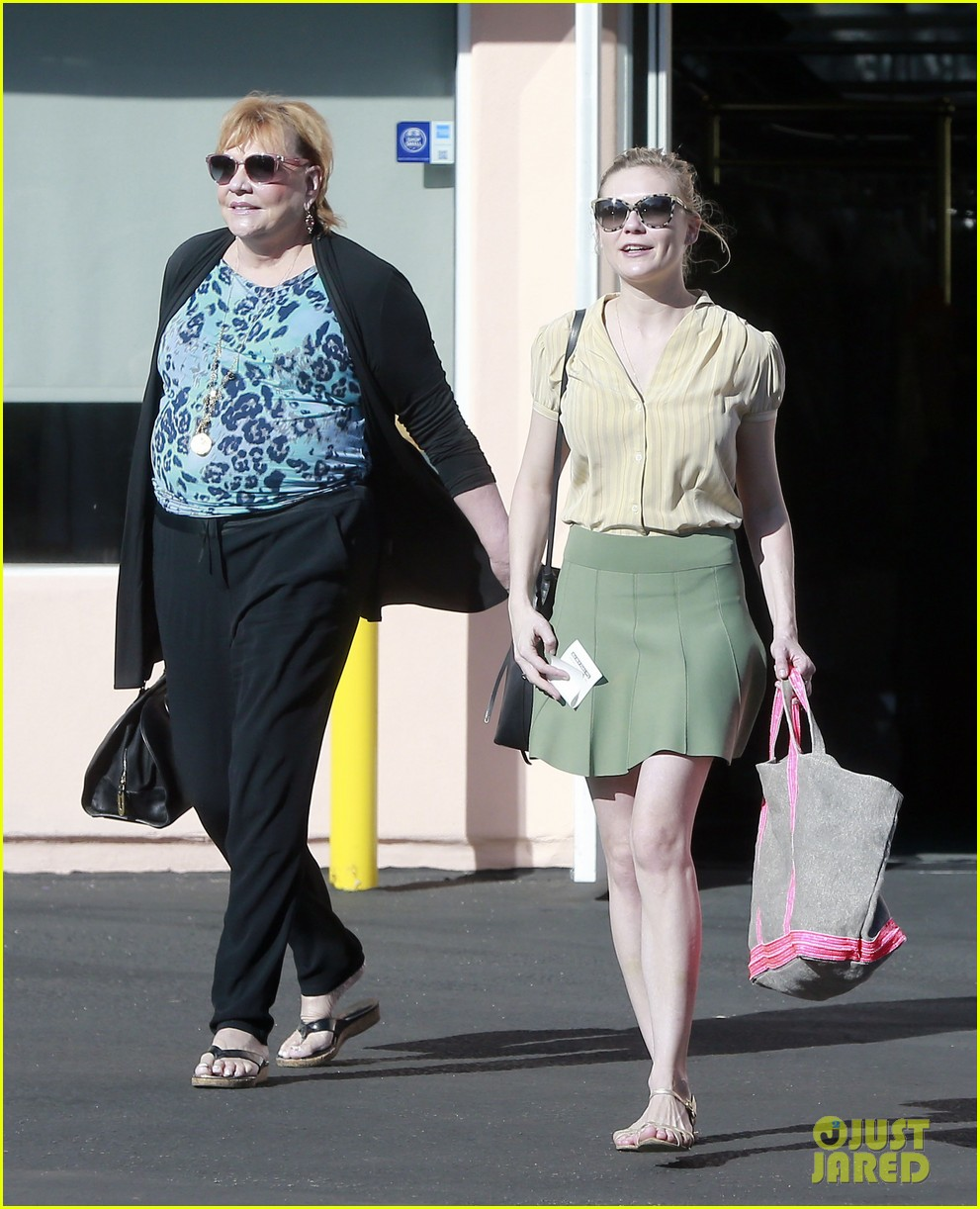 kirsten dunst mall visit with mom 09