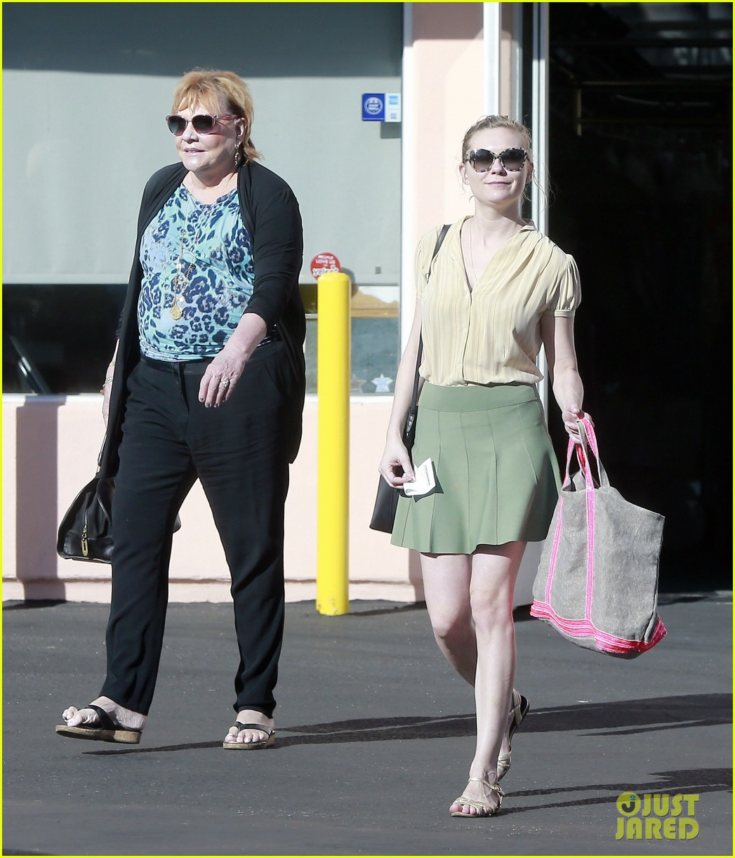 kirsten dunst mall visit with mom 10