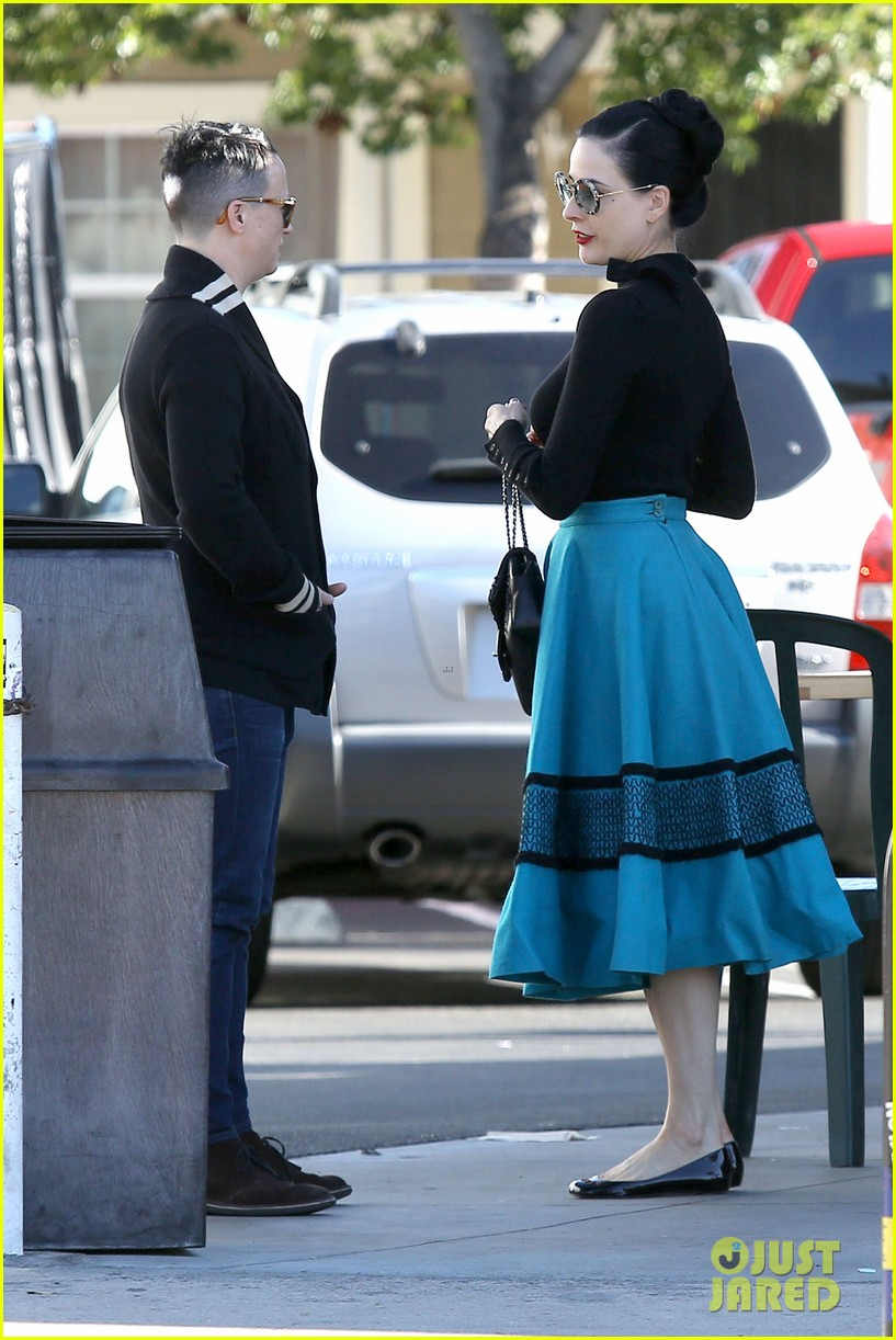 dita von teese hugos tacos for lunch 28