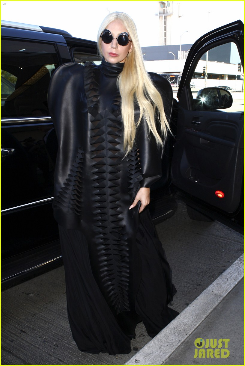 lady gaga catches flight to tokyo after amas 063000078