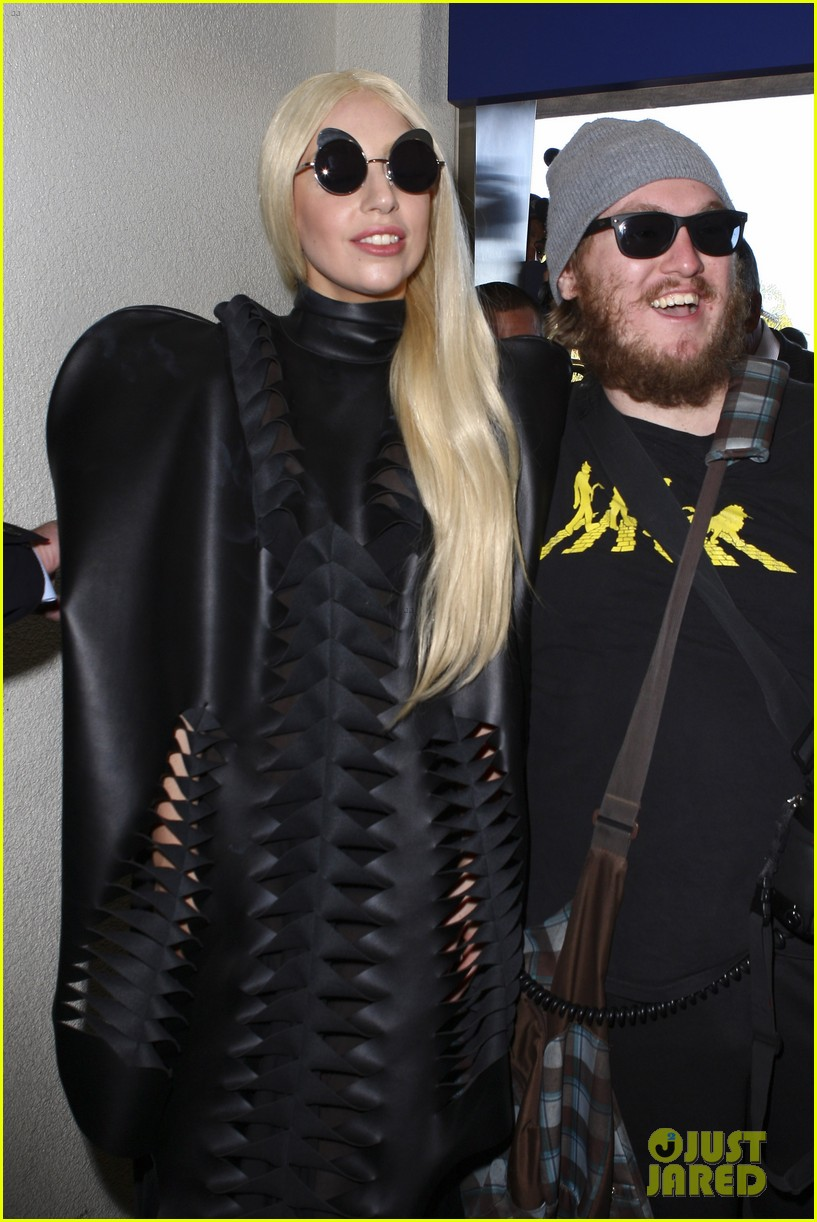 lady gaga catches flight to tokyo after amas 143000086