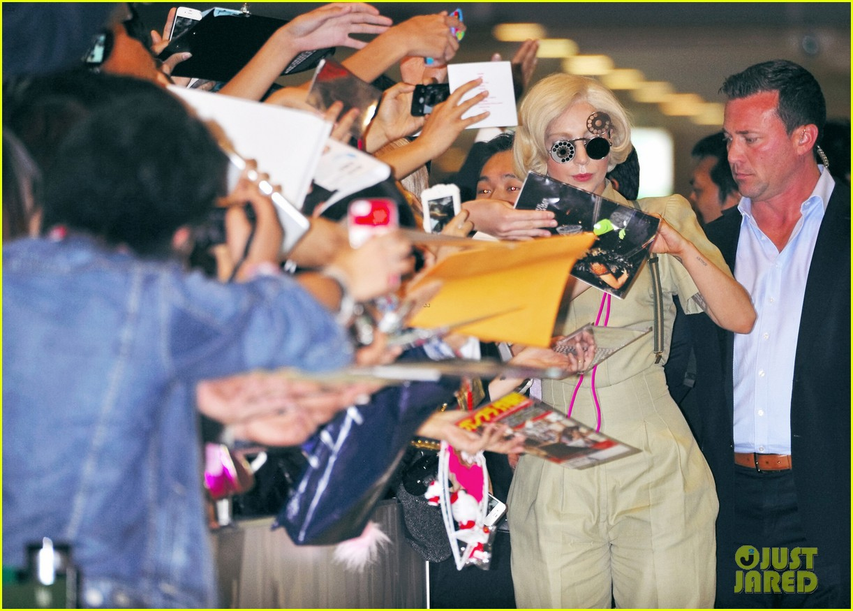 lady gaga arrives in tokyo to promote artpop 053000519