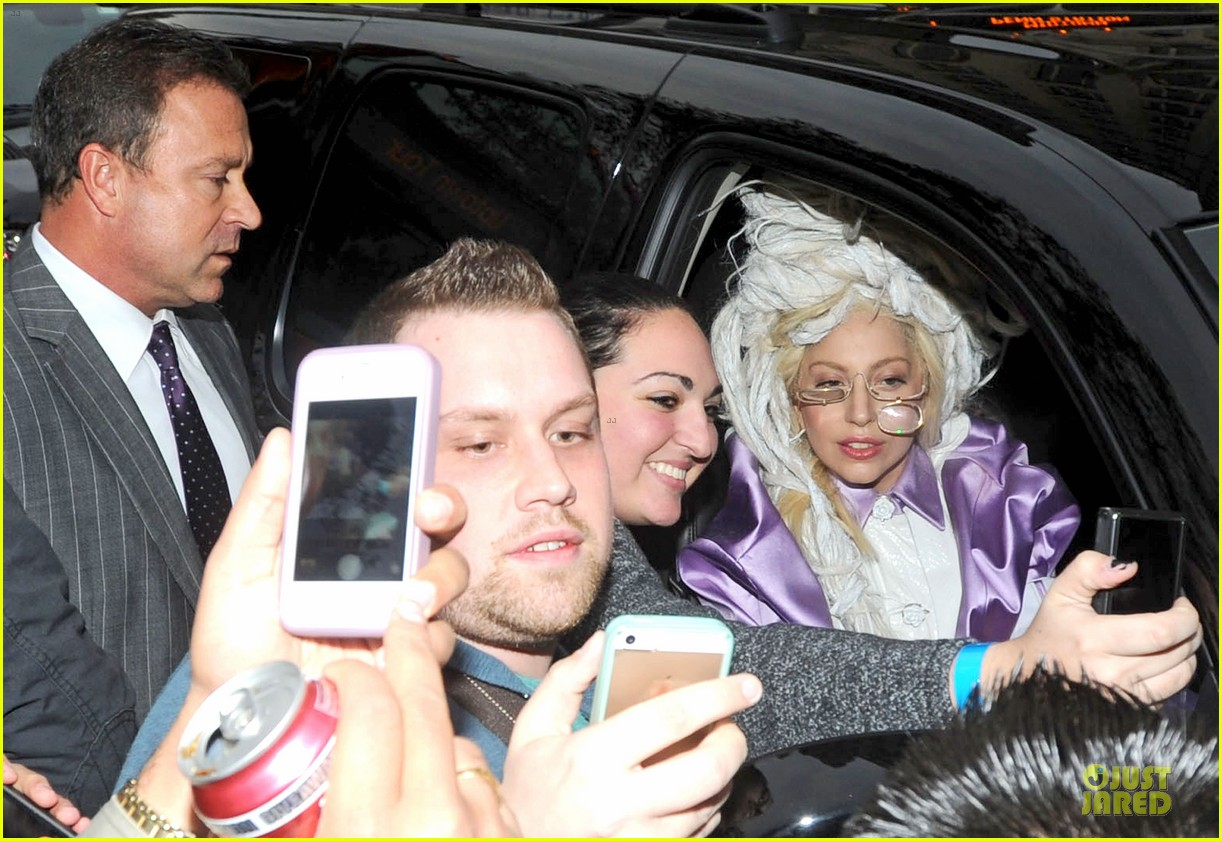 lady gaga wears huge white wig for snl rehearsals 04