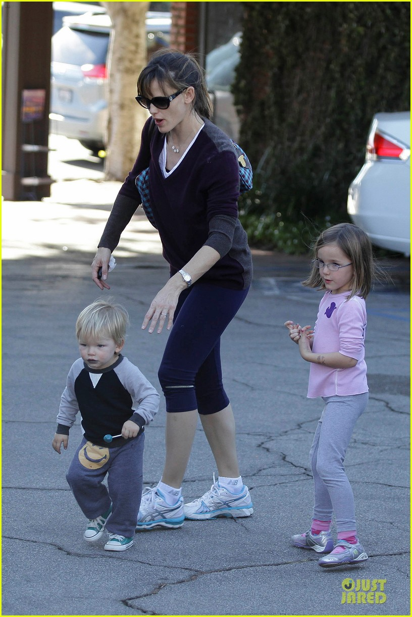 jennifer garner errands with kids after halloween 08
