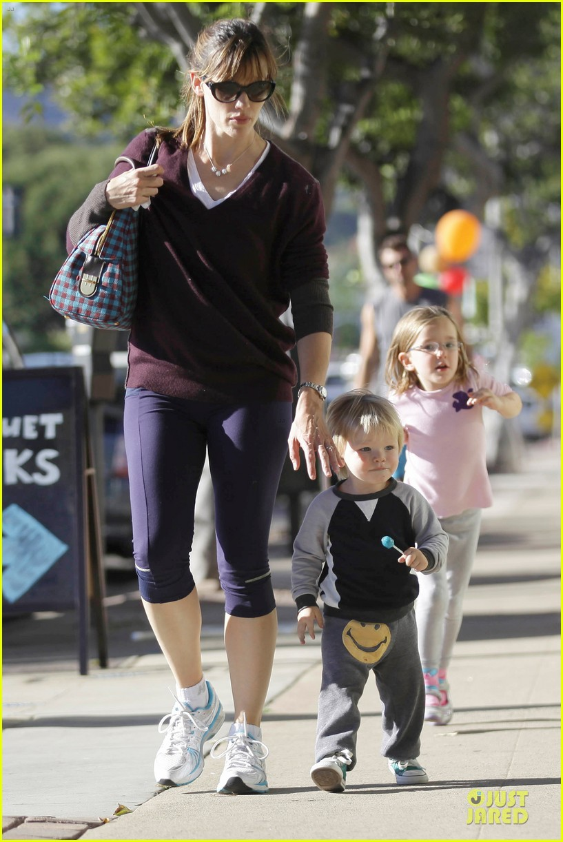 jennifer garner errands with kids after halloween 24