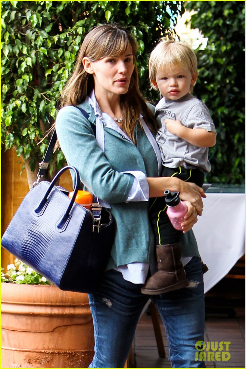 jennifer garner kicks off week with family time 022996025