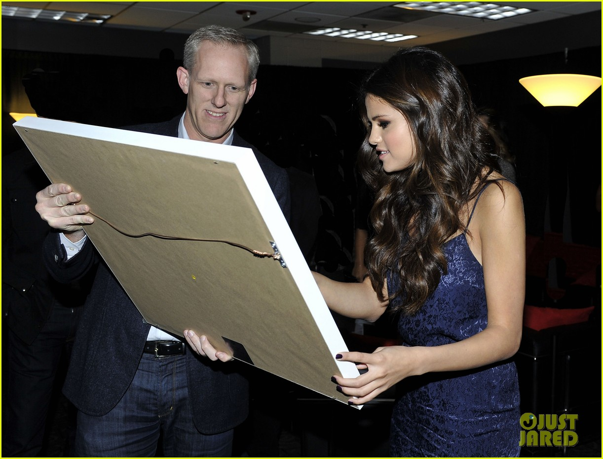 selena gomez platinum plaque before los angeles concert 09