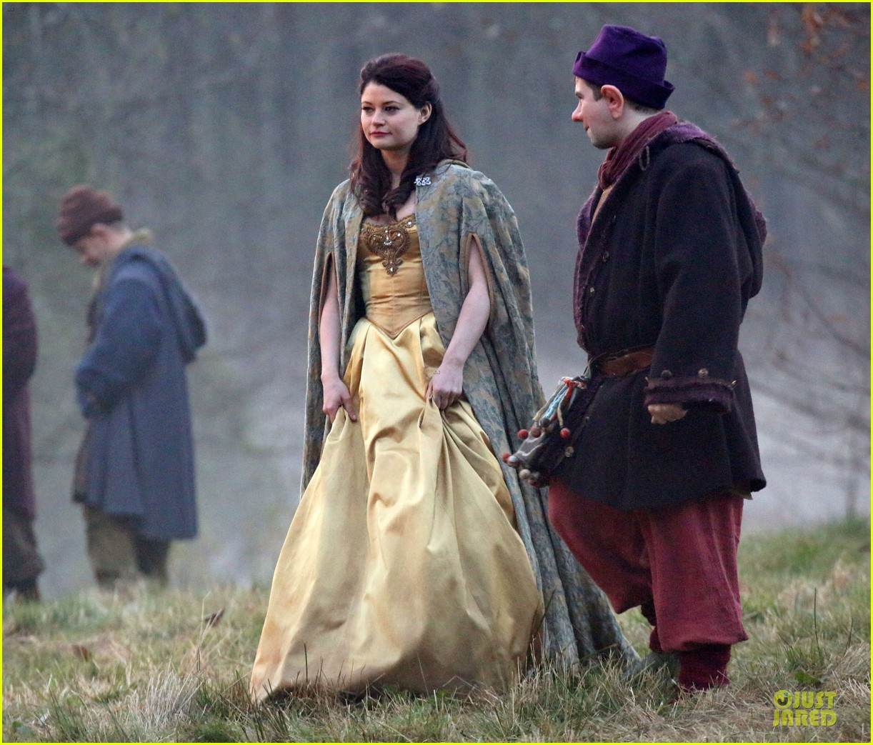 ginnifer goodwin covers baby bump on once set 16