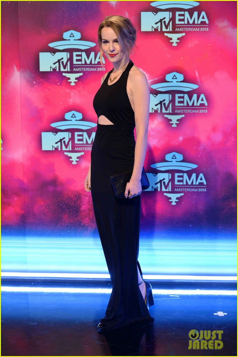 ariana grande bridgit mendler mtv ema 2013 red carpet 09