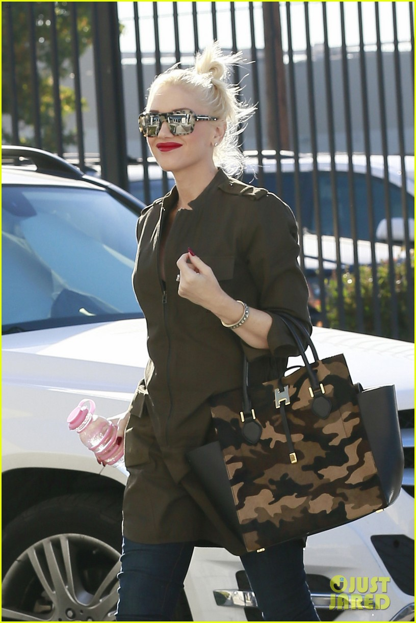gwen stefani shows off growing baby bump la 01