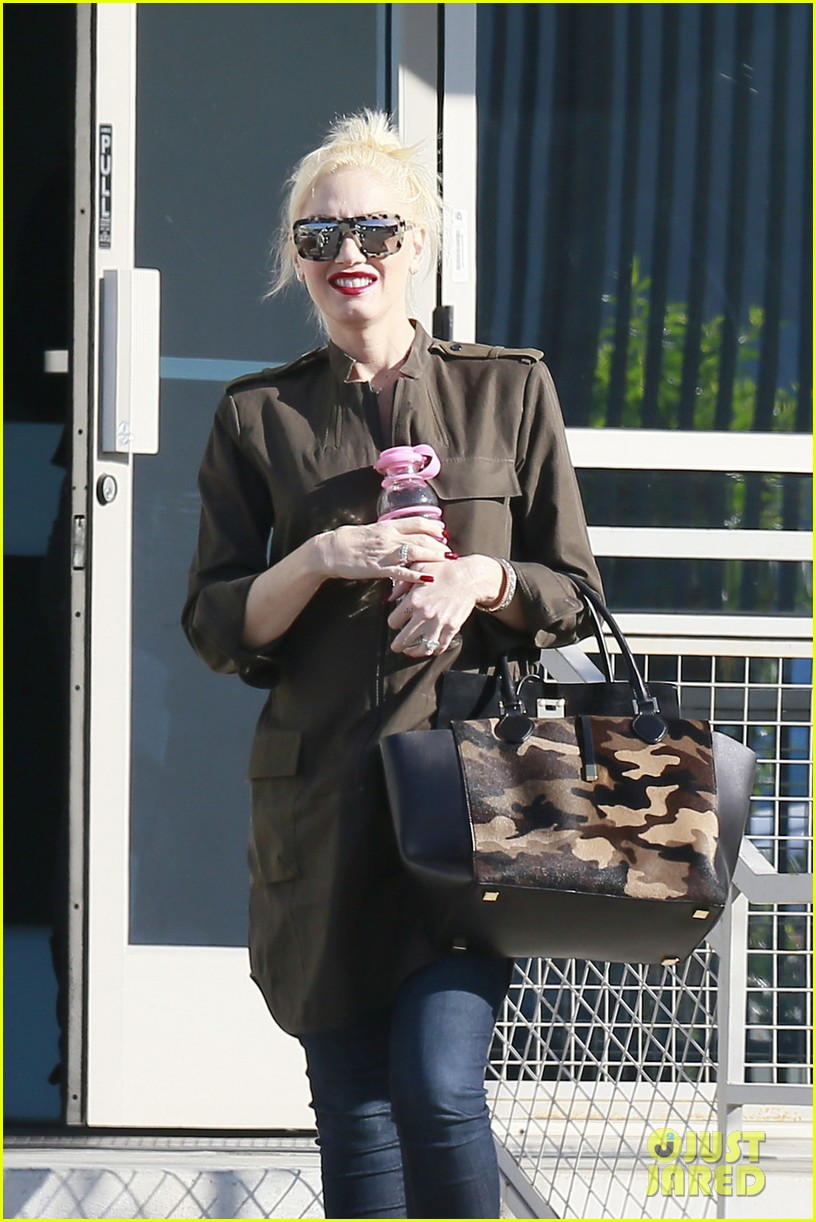 gwen stefani shows off growing baby bump la 04