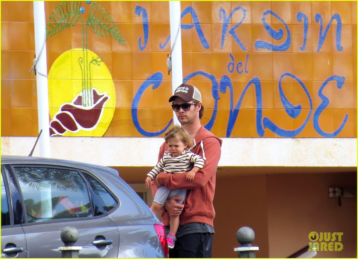 chris hemsworth pregnant elsa pataky spend time with india 05