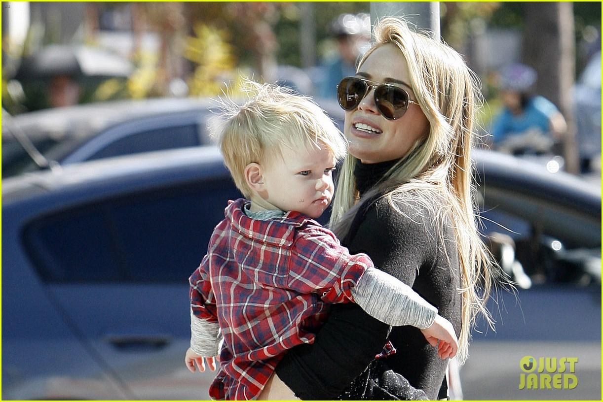 hilary duff mike comrie petting zoo with luca 04